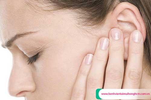 Ù một bên tai trái có nên đi khám hay không?