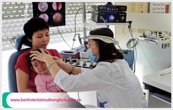 Cha mẹ nên đưa trẻ đi khám và điều trị viêm tai giữa theo hướng dẫn chuyên gia